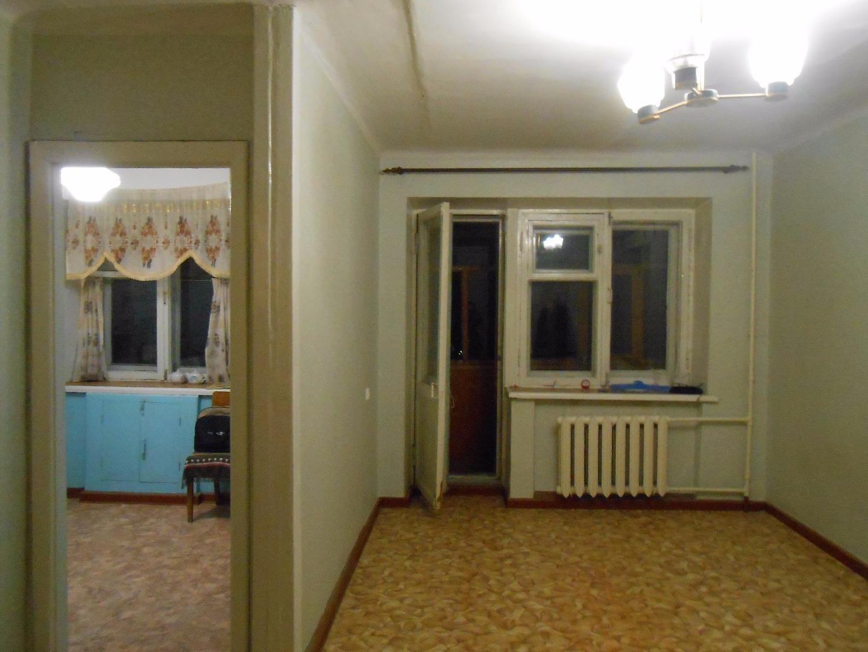 квартира в обычном состоянии, без ремонта. окна дерево.балкон застеклен. новая са ...
